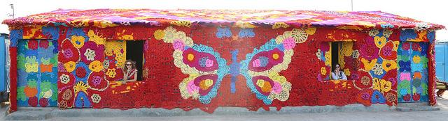 Olek-Rain-Basera-Crocheted-Yarn-Installation-in-New-Delhi-04
